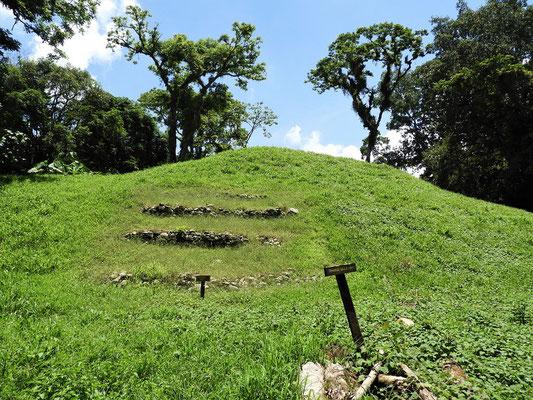 Zum Schutz zugedeckter Ruinenhügel - über 2500 Jahre alt