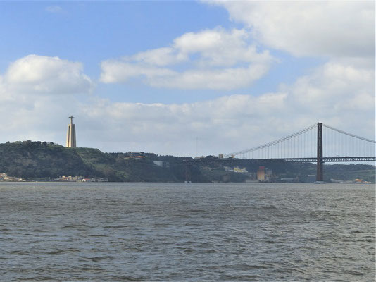 Fluss Tejo mit der Ponte 25 de Abril im Hintergrund