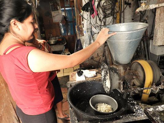 ....Weisser Mais wird mit wenig Wasser gemahlen, Teigtaschen mit Bohnenmus, Käse, Fleisch, etc. gefüllt und gebraten (ähnlich wie Baleada)