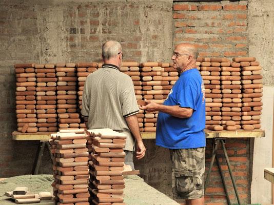 Don Julián erklärt uns den Herstellungsprozess der Boxen aus honduranischem Zedernholz