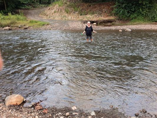 Auf dem Weg nach Hause - einmal mehr gibt es keine Brücke und wir bekommen nasse Füsse ;o))