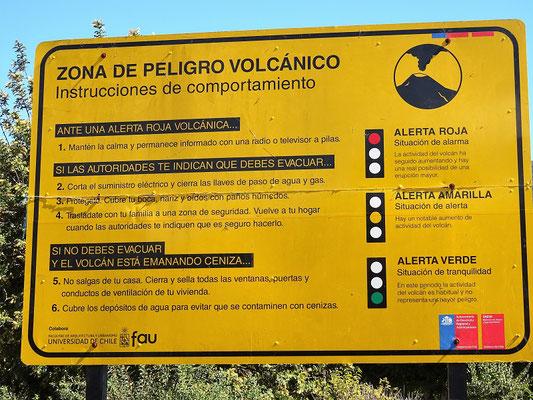 Hinweistafel zum Verhalten bei einem Ausbruch des Vulkans