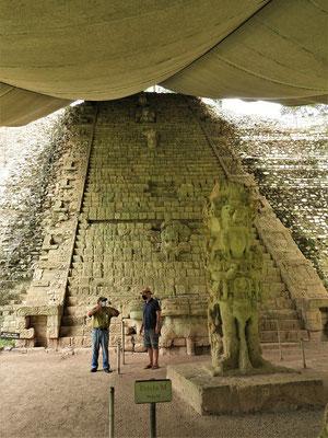 Hieroglyphentreppe - das grösste in Stein gehauene Schriftwerk der Maya....