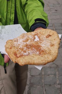 Buñuelo - ein Teigfladen, der im Oel fritiert und mit Puderzucker bestreutwird.