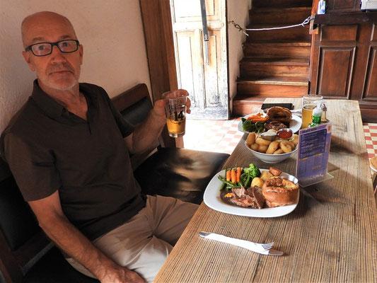 Am Sonntag gibt es Rindsbraten, Yorkshire-Pudding, Gemüse und Bratkartoffeln im Pup 'The Antigua Arms'