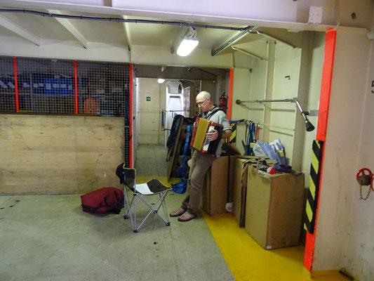 Röbä übt Accordeon auf Deck 11 - Autohalle