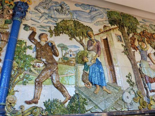 Dieses grosse über 100 Jahre alte Azulejos-Relief erzählt die Geschichte der Auswanderer nach Brasilien....