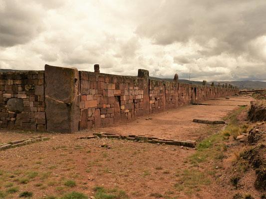 Mauer mit Monolithen