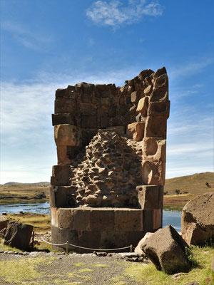 Blick auf eine Grabkammer mit mehreren Etagen