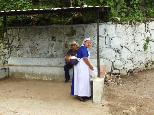 Frau in lokaler Tracht