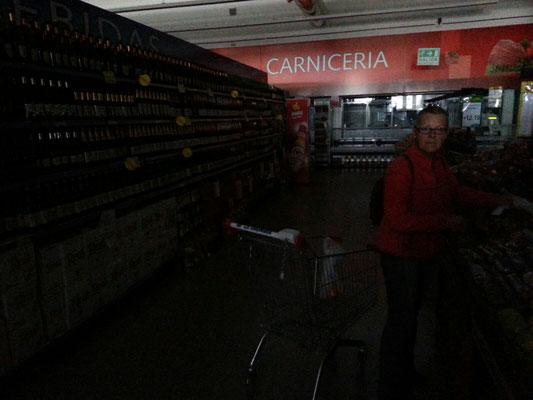 Einkauf einmal anders - alles ist dunkel :o))