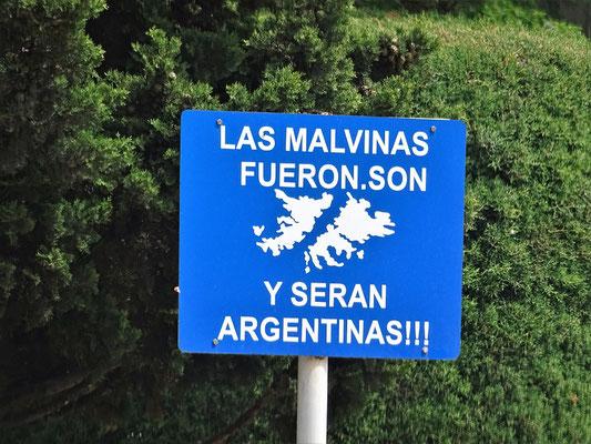 Die Falkland Inseln gehören zu Argentinien! - Diesen Tafeln begegnet man auf Schritt und Tritt