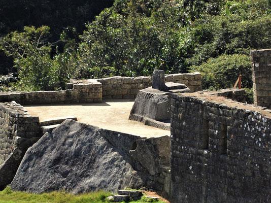 Intihuatana. Der aufwedig gearbeitete Stein - mit Aufsatz - wurde vermutlich von Inka-Astronomen genutzt, um den Zeitpunkt der Sonnenwende zu bestimmen