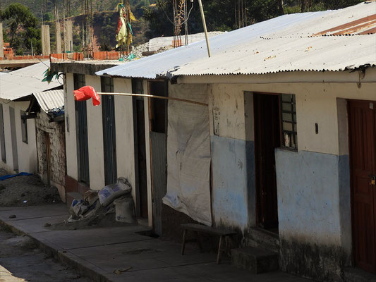 Eine Fahne zeigt an, wo privat Chicha gekauft werden kann