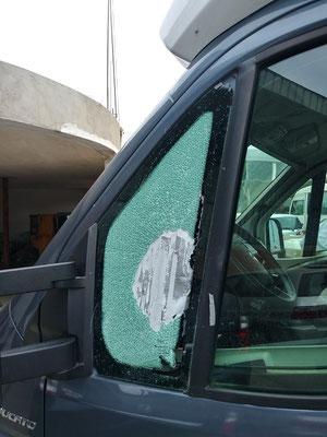 Zertrümmertes Seitenfenster