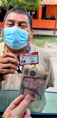 Mit einer Anzahlung buchen wir Juan für die morgige Führung - wir dürfen rein nach Tikal