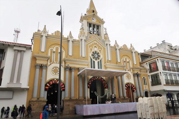 Die Kathedrale wird für den Empfang mit frischen Rosen geschmückt