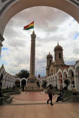 Plaza mit Kathedrale im Hintergrund