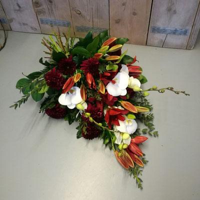 Rouwboeket bordeaux en orchidee