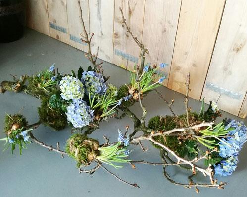 Tak met hortensia, blauwe druifjes en mos