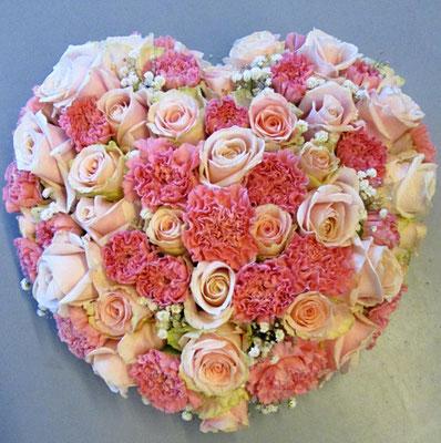 hart met rozen en anjers