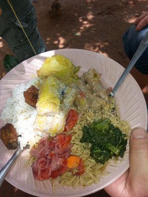 Riz blanc et zanzibarite, épinards, oignons, bananes plantain, poisson