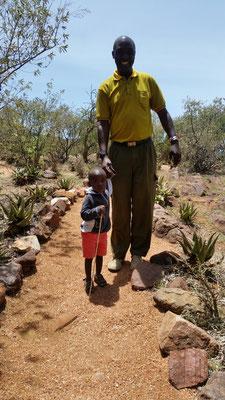 Daniel et son ami, un mini-guerrier Massaï