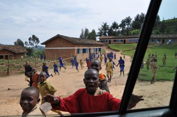 Les écoliers contents de voir des mzungus (blancs)