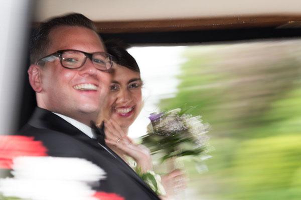 Brautpaar in der Kutsche