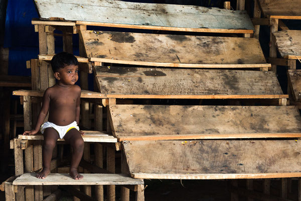 Sri Lanka - Junge sitzt am Marktstand