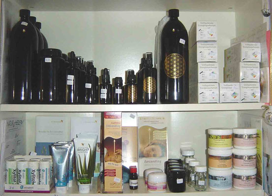 Violettglasflaschen und Körperpflege Produkte