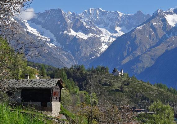 Blick vom Weiler Gstein auf das Dorfzentrum von Zeneggen mit Berner Alpen