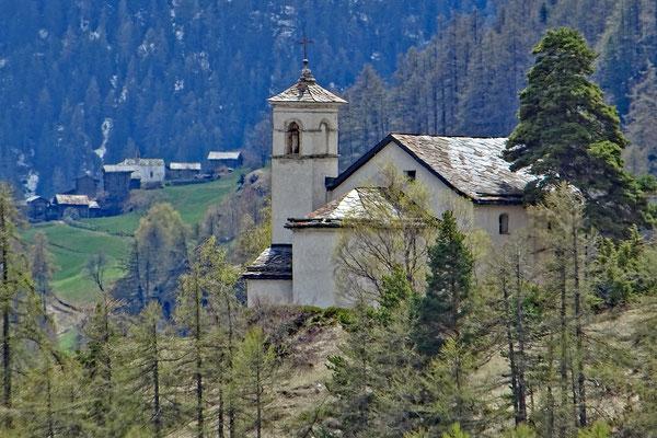 Bielkapelle Zeneggen mit Weiler Burgen (Teleaufnahme)