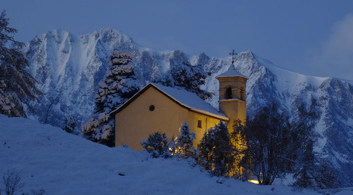 Kapelle auf dem Biel, einem fantastischen Aussichtspunkt oberhalb des Dorfzentrums von Zeneggen
