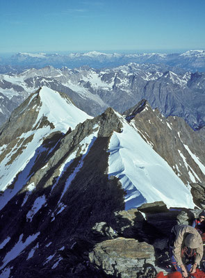 Blick vom Gipfel des Nadelhorn nach Norden auf Stecknadel-, Hohberg- und Dürrenhorn (1980)
