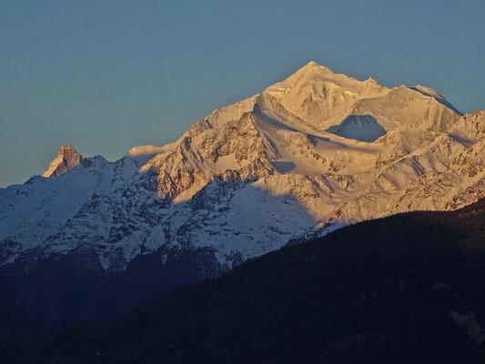Weisshorngruppe (Weisshorn, Bishorn & Brunegghorn) und Matterhorn (links Hintergrund)