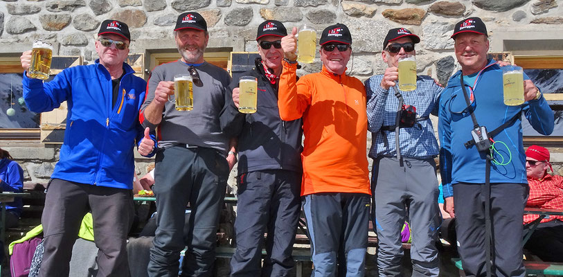 Amberger Hütte - das verdiente Bier nach der Tour (Stubeier Alpen / Gries - Längenfeld, 2015)