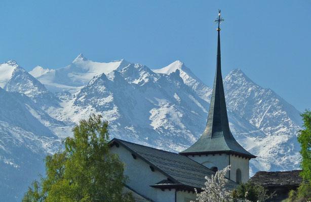 Pfarrkirche von Zeneggen mit Mischabelgruppe (Walliser Alpen)