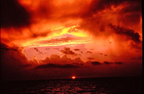 Sonnenaufgang nach Gewitternacht am Ankerplatz vor Ile du Nord (Seychellen 2001)