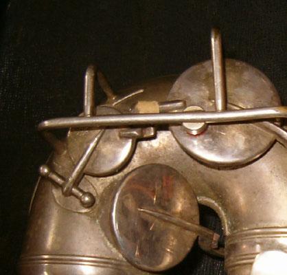 die D-Resonanzklappe, hier bei einem Frank Holton Altsaxophon, dient der besseren Ansprache des D