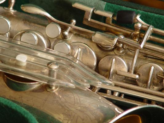 Klappenschutz aus Acryl an Saxophonen von Keilwerth, auch Engelsflügel genannt