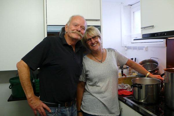 Küchenchefin und Gehilfe