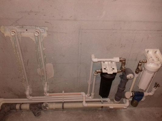 Монтаж труб и фильтров в ванной комнате во время ремонта