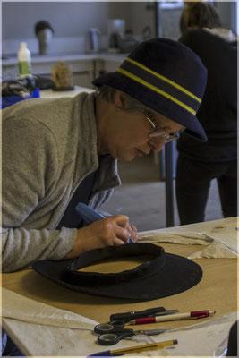 Mise en forme du bord sur chapeau en feutre