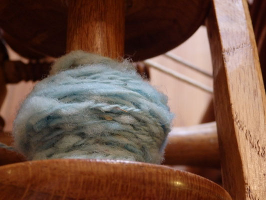 Le retord de la pelote de laine sur le rouet.