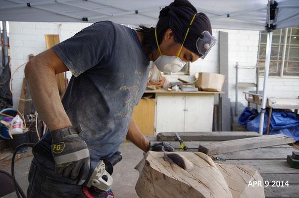 木彫作品制作中