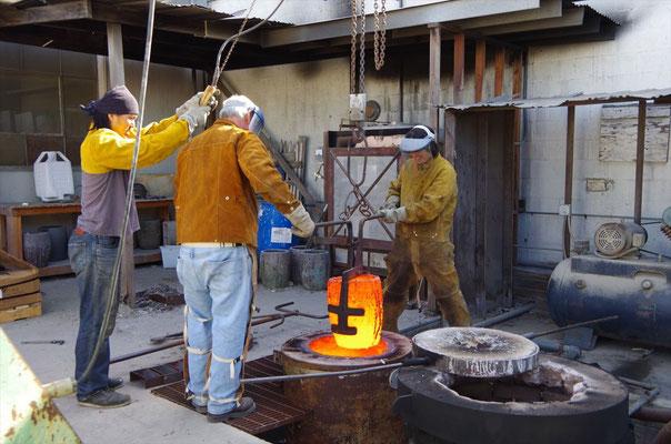 ブロンズを炉から取り出す