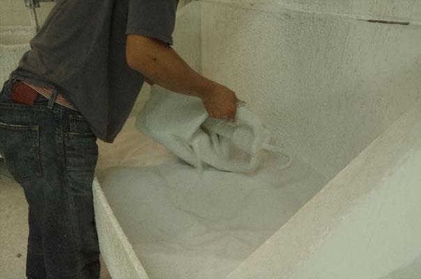 ボンドにつけた蝋原型にセラミック粉末をつける