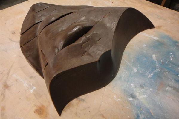 シリコンラバーと石膏で型を取り、蝋原型を制作