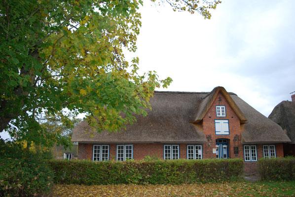 Oktober, das Dach hat seine frische Farbe schon eingebüßt.